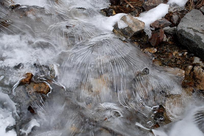 лёд над ручьём