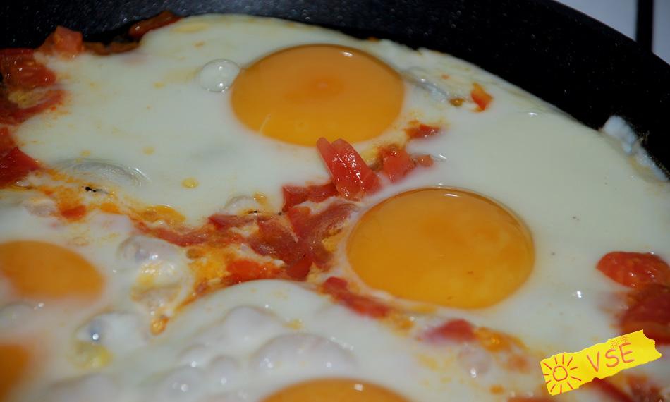 состав: яйца, помидор, соль по вкусу.