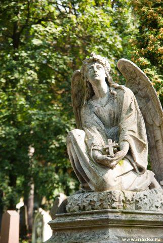 Самое старое его надгробие датировано 1786 годом заказ памятника на кладбище Называевск