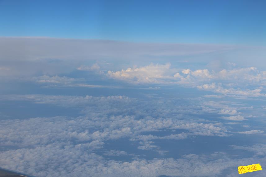 облака внизу