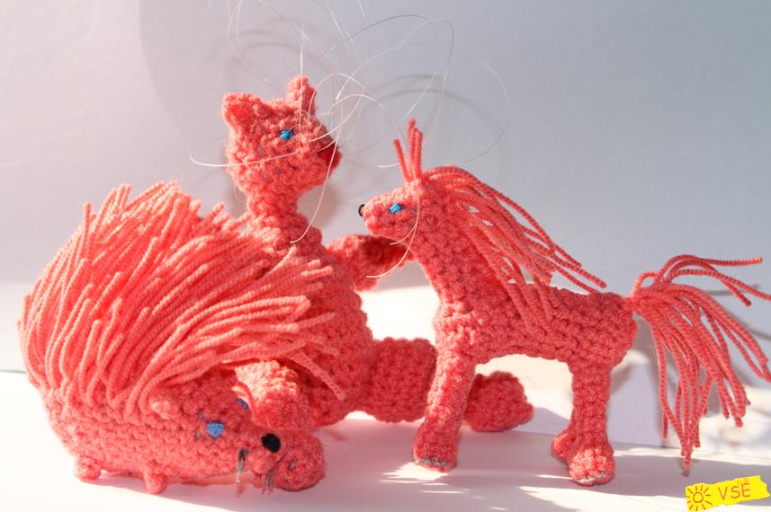 вязанные лошадка, ёжик и кошка
