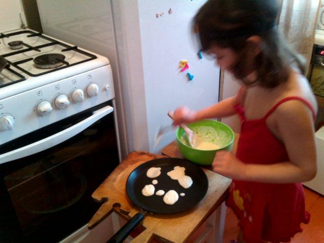 Софья готовит оладьи