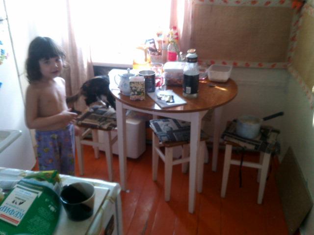 дочка готовит блины