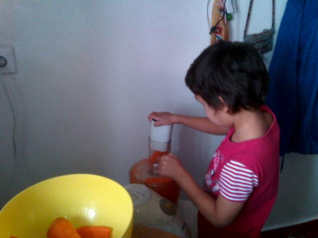 режет морковку