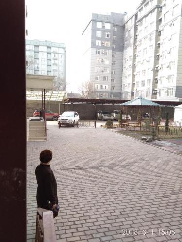 Продам 3 к кв элитку в центре, Рыскулова Шевченко, не угловая, 3/10, дорогой евроремонт. Кухня студия. So- 101м² . Двор огорожен, есть детская площадка, цена 110000$, тел. 0771558528, 0700181001, ан