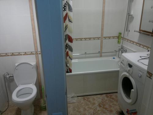 Продаю оригинальную 1- комн.(не угловую) квартиру - студию на втором этаже 4-х этажного дома с отдельной спальней в 6-м микро