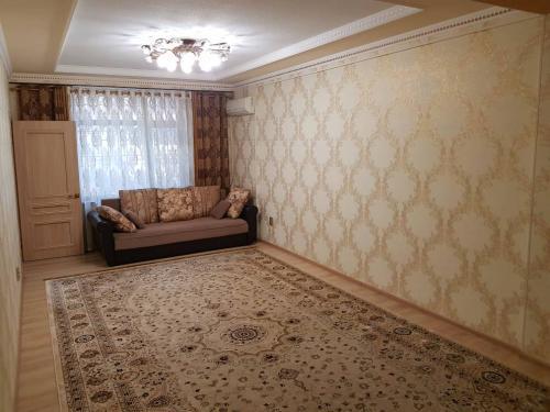 В элитном доме продаю 3 ком. кв. 99 м2. с евро ремонтом и с мебелью.