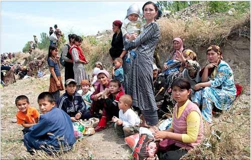 Uzbeccy uchodźcy uciekają z miasta