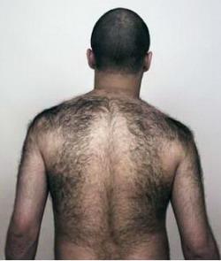 Волосатая спина и грудь у парня