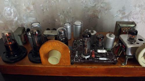 Собран на деревянном щаcси из фабричных блоков - УКВ блок от радиолы (УКВ-ИП2), УПЧ и УНЧ от телевизора.