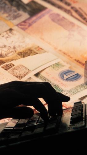 dengi_banknoty_ruka_kompyuter_biznes_80175_540x960.jpg